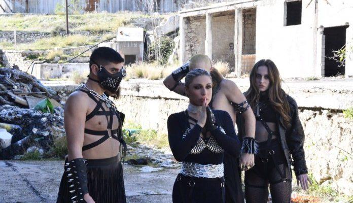 Η Άννα Τσακουρίδου στο video clip της Μαρίας Καρλάκη